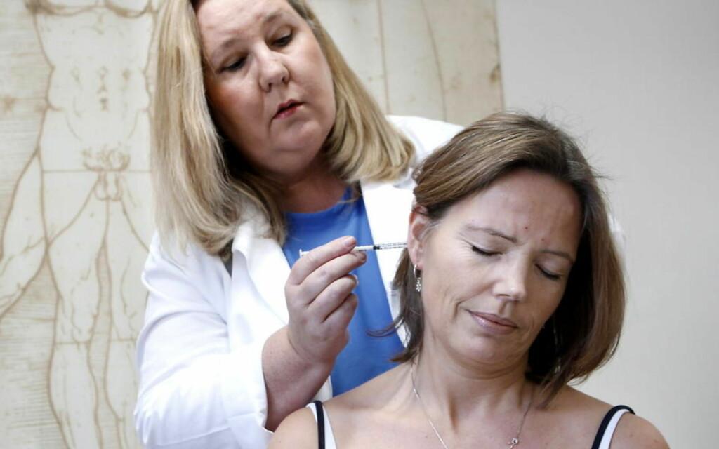 LAMMER MUSKLENE: Nevrolog og forsker Monica Drottning-Rønne har i et forskningsstudie satt sprøyter på Camilla Mathiesen (40) i ett år. Foto: ERLING HÆGELAND