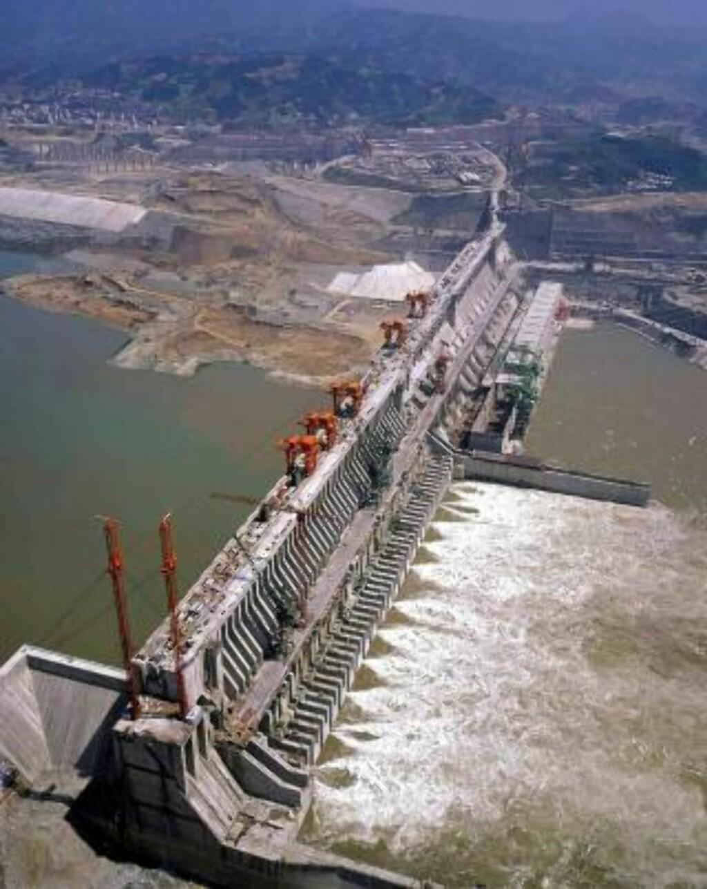 ENORM: Dammen er 2,5 km lang, 115 meter vid og 185 meter dyp. Dammen har en kapasitet på 39,5 kubikkilometer vann. Foto: EPA