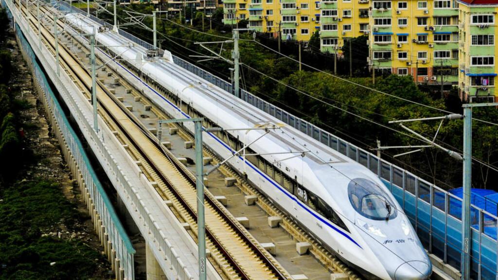350 KM/T: Marsjfarten på det nye toget er 350 km/t, under en testtur nådde det kinesiskproduserte toget 416 km/t, noe som er verdensrekord for et konvensjonelt tog. Foto: AFP