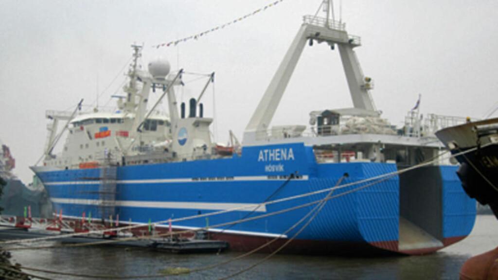 I BRANN: Skipet Athena brenner utenfor Strobritannia. Foto: AFP PHOTO / THOR Ltd