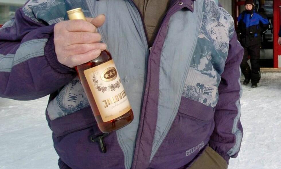 SATTE NED AVGIFTENE: Denne finske herren var lykkelig over at han hadde fått kjøpt billigere sprit på vinmonopolet Alko i mars 2004. Men avgiftskuttene førte til økt forbruk og flere hundre alkoholrelaterte dødsfall, og de finske myndighetene skrudde igjen opp avgiftene etter to år. Foto: NTB Scanpix