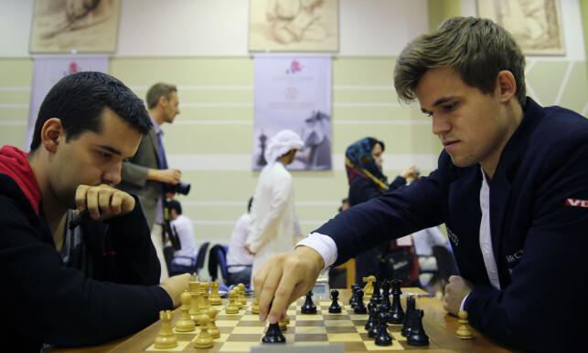 JOBBER TROLIG FOR KARJAKIN: Jan Nepomnjasjtsji er en av Magnus Carlsens beste kamerater i sjakkmiljøet. Nå er russeren etter alt å dømme en del av støtteapparatet til VM-motstander Sergej Karjakin. Foto: Scanpix