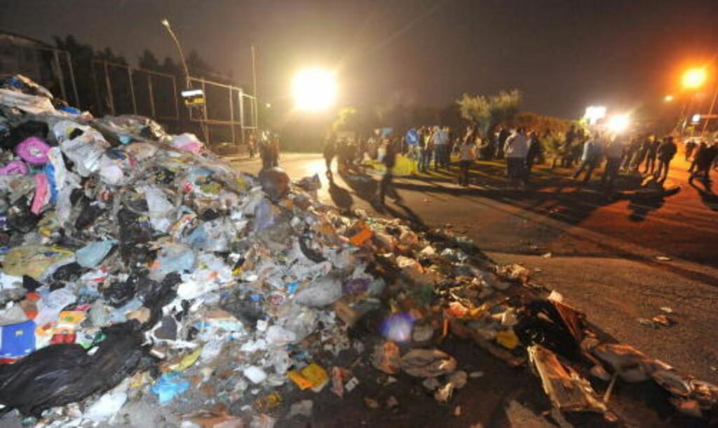 ET EKTE SØPPELPROBLEM:  Her en søppelfylling som har hopet seg opp på gata i en av Napolis forsteder. FOTO: CIRO FUSCO, EPA/SCANPIX.