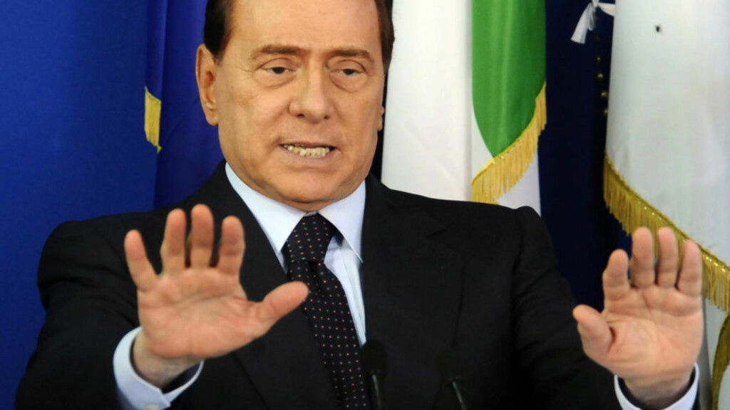 - BARE EKTE SØPPEL:  Statsminister Silvio Berlusconi svarte mediasøppel da han ble spurt om en ny kvinnehistorie på en pressekonferanse i Napoli i dag - om søppel. FOTO: SALVATORE LAPORTA, AP/SCANPIX.