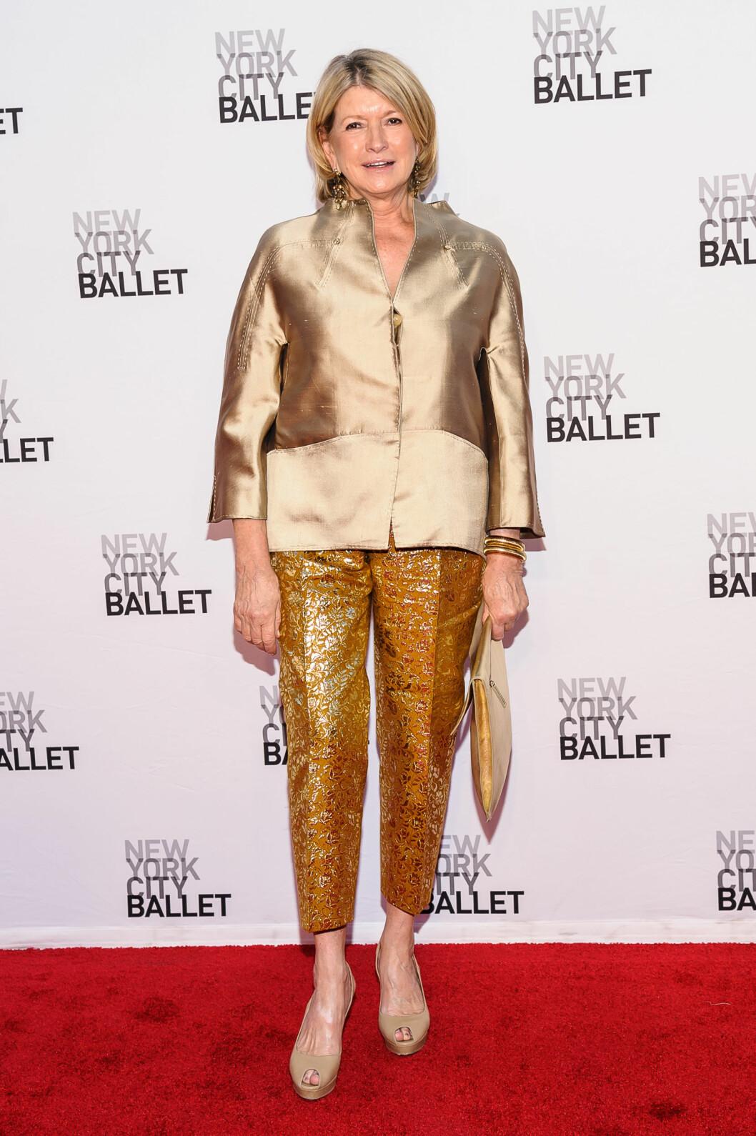 Amerikas store husmor-guru elsker gull – jo mer jo bedre! På ballettgallaen var hun kledd i kort silkejakke, brokadebukser, clutchveske og store smykker, alt med metallisk overflate.  Foto: All Over Press