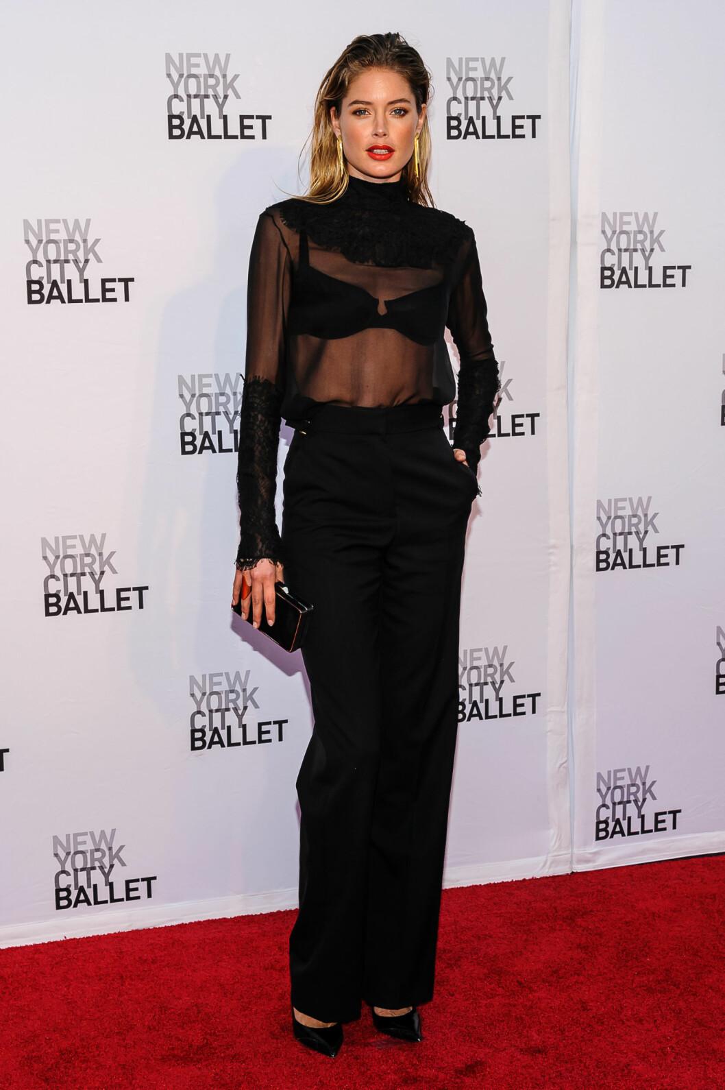 Victoria's Secret-modellen viste hud i en gjennomsiktig bluse med blondeapplikasjoner over enkle, sorte smokingbukser. Håret var vått og grepp bakover, og munnen rød.  Foto: All Over Press