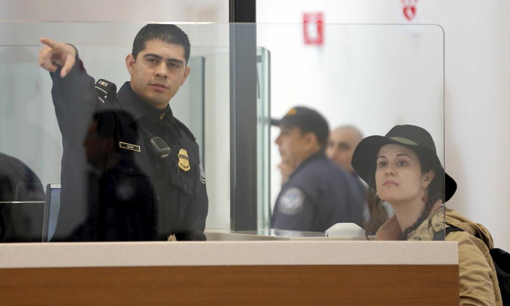 TÅLMODIGHETSPRØVE: Noen ganger er køene i passkontrollen på de amerikanske flyplassene frustrerende lange. Nå skal Norge innelde forhandlinger med amerikanerne om å få utført denne kontrollen ved utreise. Foto: NTB Scanpix