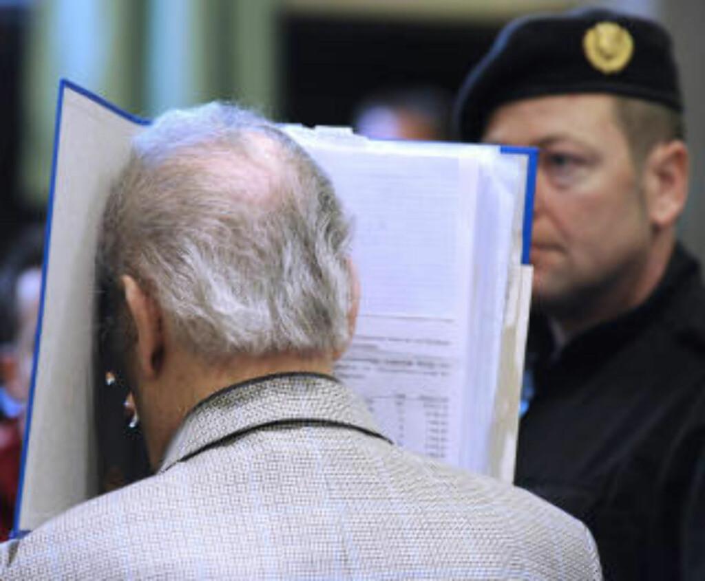 I SKJUL:  Josef Fritzl forsøkte å gjemme ansiktet i rettssalen. FOTO: AFP/SCANPIX.