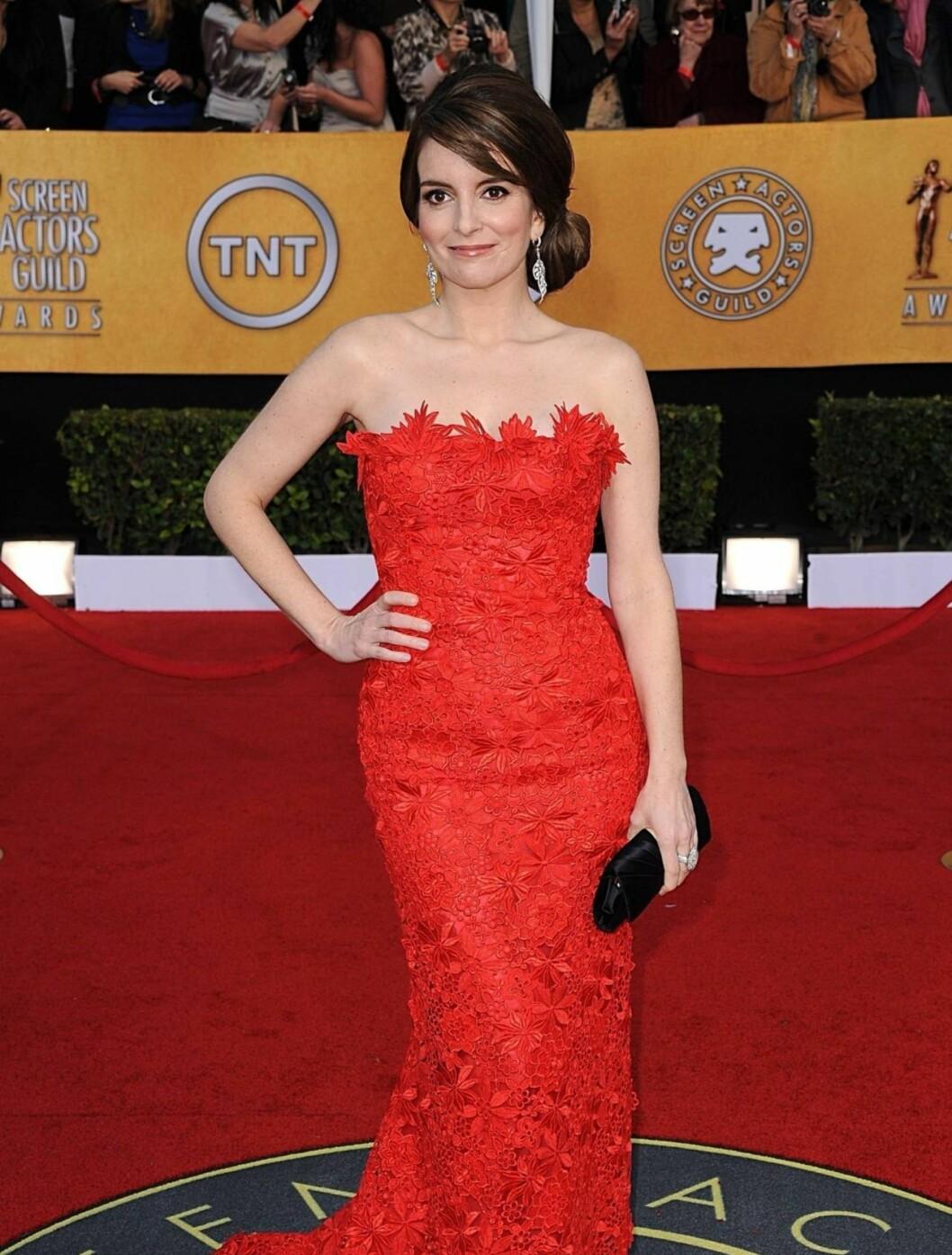 <strong>TINA FEY:</strong> «30 Rock»-stjernen bar en rød kjole fra Oscar de la Renta og smykker fra Lorraine Schwartz. Foto: Stella Pictures