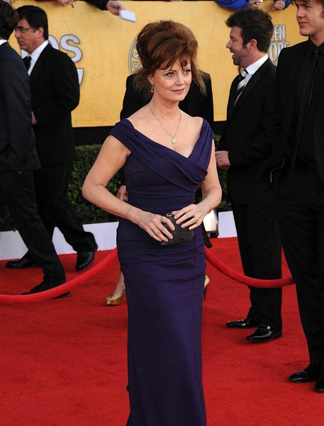 <strong>SUSAN SARANDON:</strong> Skuespillerinnen bar en mørkeblå/lilla kjole fra Nicole Miller. Foto: Stella Pictures