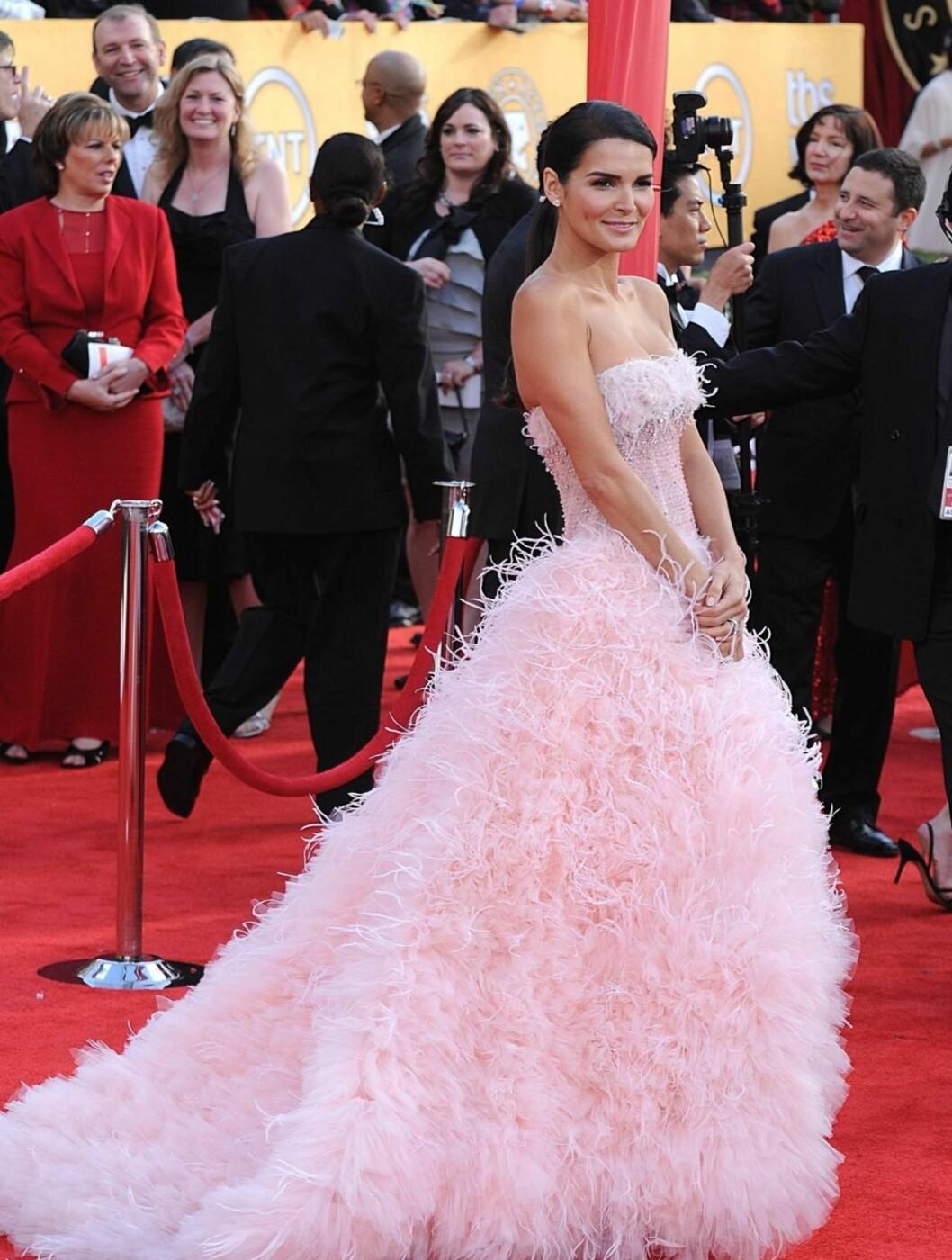 <strong>ANGIE HARMON:</strong> Skuespillerinnen og modellen ankom SAG-utdelingen i en rosa prinsessekjole med fjærpynt fra Monique Lhuillier. Foto: Stella Pictures
