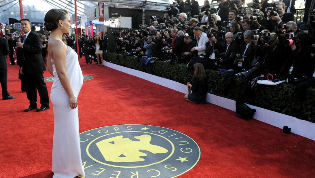 VAKKER: En høygravid og slående vakker Natalie Portman stjal all glansen på den røde løperen under søndagens SAG-awards i LA:  Foto: All Over Press