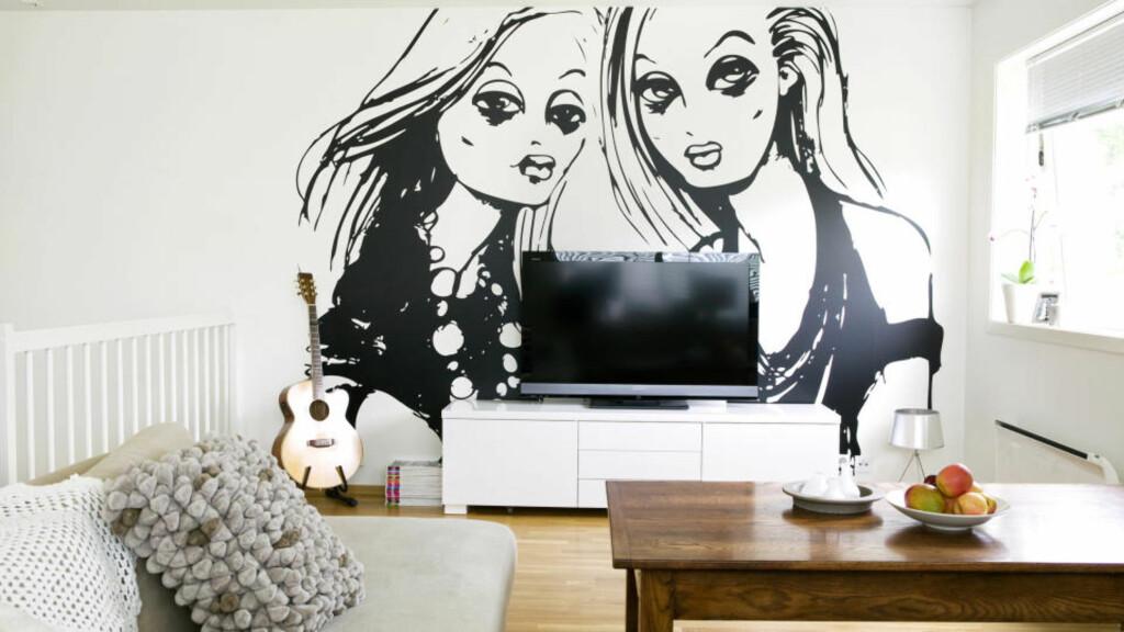 Problemet løst: En stor, blank og svart TV-skjerm kan lett dominere et rom. Men mot en iøynefallende wallsticker blir den mindre synlig, samtidig som den ikke blir gjemt helt bort.