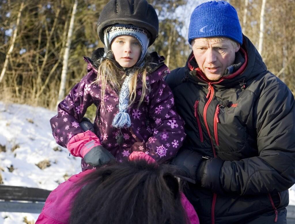 BLE KASTET AV: Åtte år gamle Erika ble kastet av hesten Pål Anders Ullevålseter hjalp henne ri på under innspillingen av «Kjendisbarnevakten». Her er de to avbildet sammen i forbindelse med rideturen.  Foto: Christine Heim/NRK