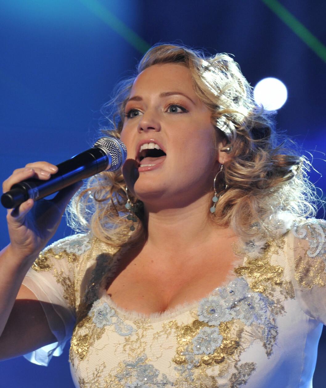 <strong>HVIT ELEGANSE:</strong> Helene Bøksle sang hjerteskjærende vakkert, og sikret seg en plass i MGP-finalen i februar.  Foto: Scanpix