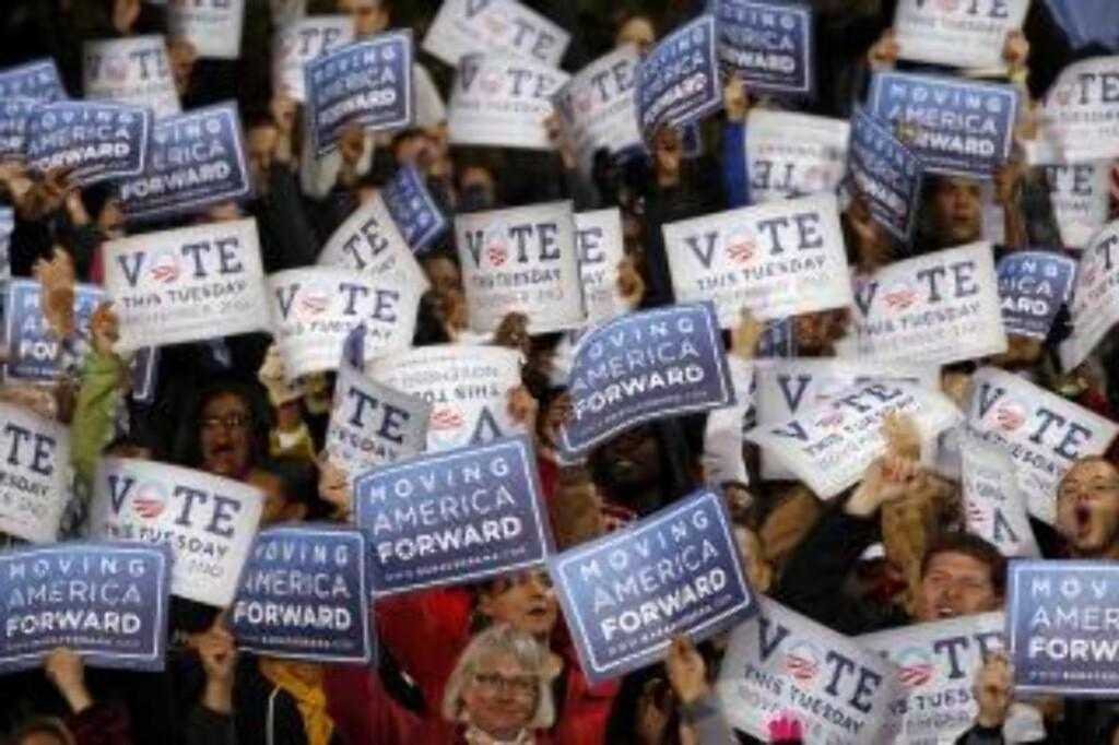 ET KNIPPE HÅPFULLE : Obama-supportere holder opp kampanjeskilt på Demokratenes National Comitee (DNC) få dager før vaglet. At disse stemmer demokratisk i natt er det minste Obama kan håpe på.  Forto: REUTERS/Larry Downing.