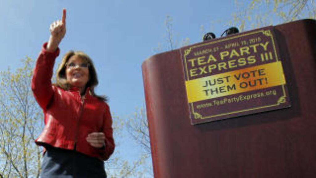 """TUTER FRAM : Den mye omtalte og Sarah Palin-frontede Tea Party-bevegelsen kjører ekspressbuss gjennom USA for å sanke stemmer til høyrekonservative Republikanere foran nattens Kongressvalg. Tea Party har oppstått som en grasrotbevegelse i et tradisjonelt sett konservativt USA, er en protestbevegelse mot den sittende administrasjonen i Washington, og mobiliserer nå mange Republikanske velgere i kampen mot """"Obama-aktivismen"""". Foto: Bran Snyder/REUTERS."""
