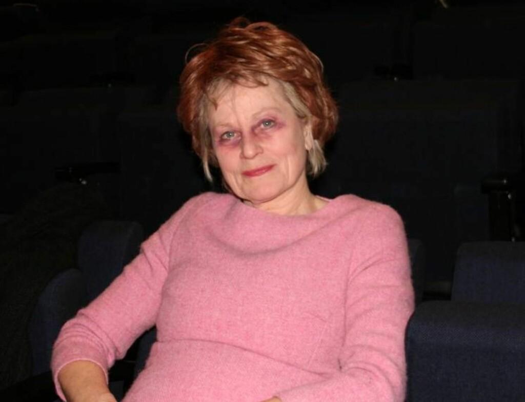SMINKET «SYK»: I «Uskyld», som har Norgespremiere på Nationaltheatret fredag 21. januar, spiller Anne Marie Ottersen diabetessyke «Fru Sukker», som må amputere hele det ene beinet, bit for bit. Skuespillerinnen blir sminket nærmest ugjenkjennelig Foto: Adéle C. Blystad/Seher.no