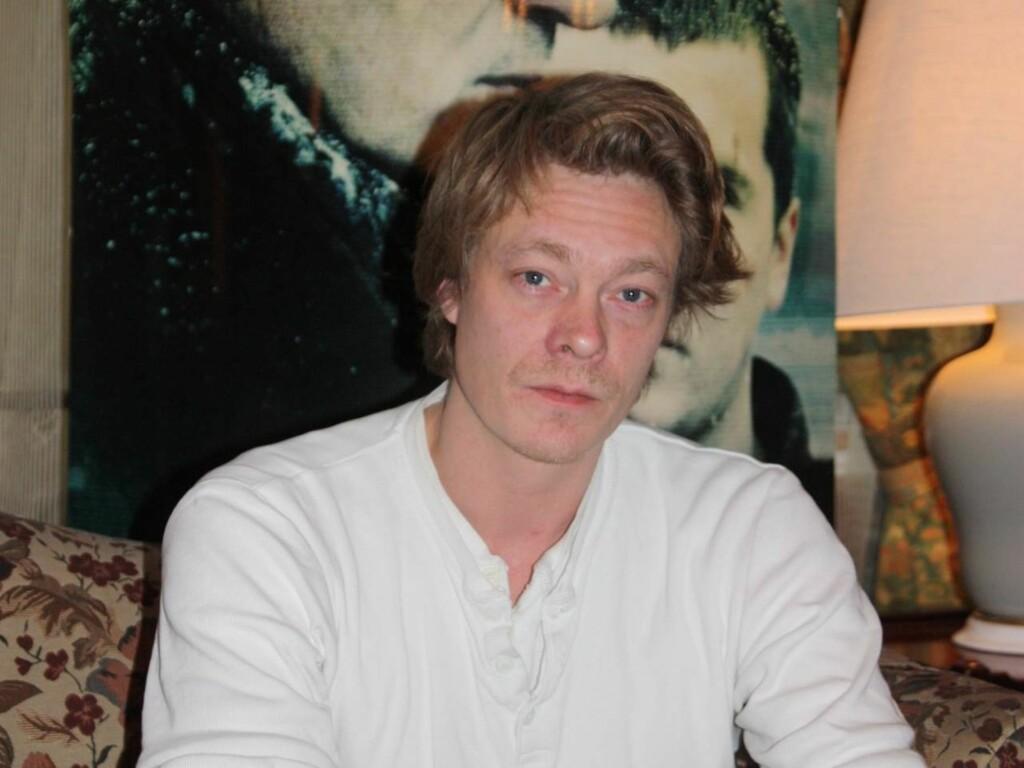 SKREMMER HAM: Kristoffer Joner, for tiden aktuell i storfilmen «Kongen av Bastøy», innrømmer at han er litt redd for scenen, og at han beundrer kollegene som kaster seg ut i teaterroller.  Foto: Adéle C. Blystad/Seher.no