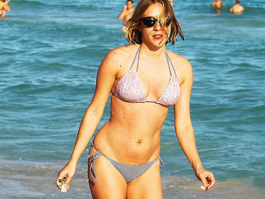 <strong>FORMFULL:</strong> «Big Love»-stjernen Chloë Sevigny viste villig frem sine kvinnelige former på stranden i Miami i helgen.  Foto: All Over Press