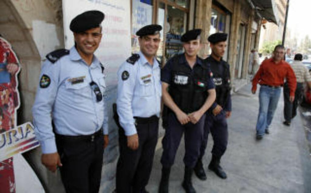 SMIL: Jordanerne er et vennlig folkeslag - selv det lokale politiet stiller mer enn gjerne smilende opp foran kameraet.