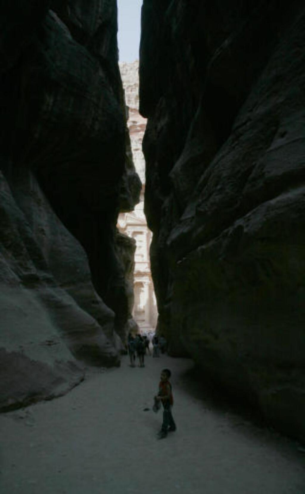 EVENTYR: Slik ser det ut når du har gått gjennom den smale fjellsprekken i over en kilometer: Så åpenbarer den fantastiske oldtidsbyen Petra seg.