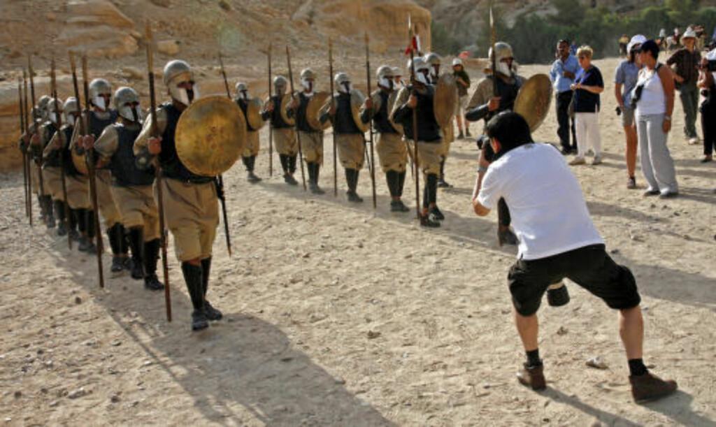 LINSELUS: En ivrig fotograf gjør alt han kan for å skaffe seg et godt bilde av en prosesjon av soldater i gamle romerske uniformer...