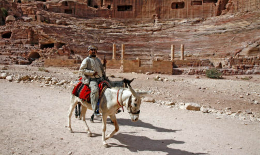 BERGTATT: Sjekk dette amfiet! Hogd ut i fjellet, lagde oldtidsbefolkningen i Petra et fantastisk amfi.