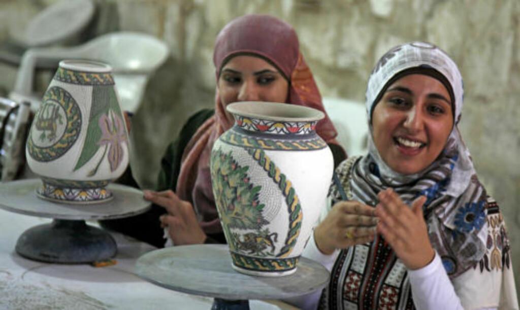TÅLMODIGE JENTER: Tidkrevende mosaikkarbeider er typisk håndverk i Jordan. Disse jentene bruker dagevis på å dekorere krukkene.