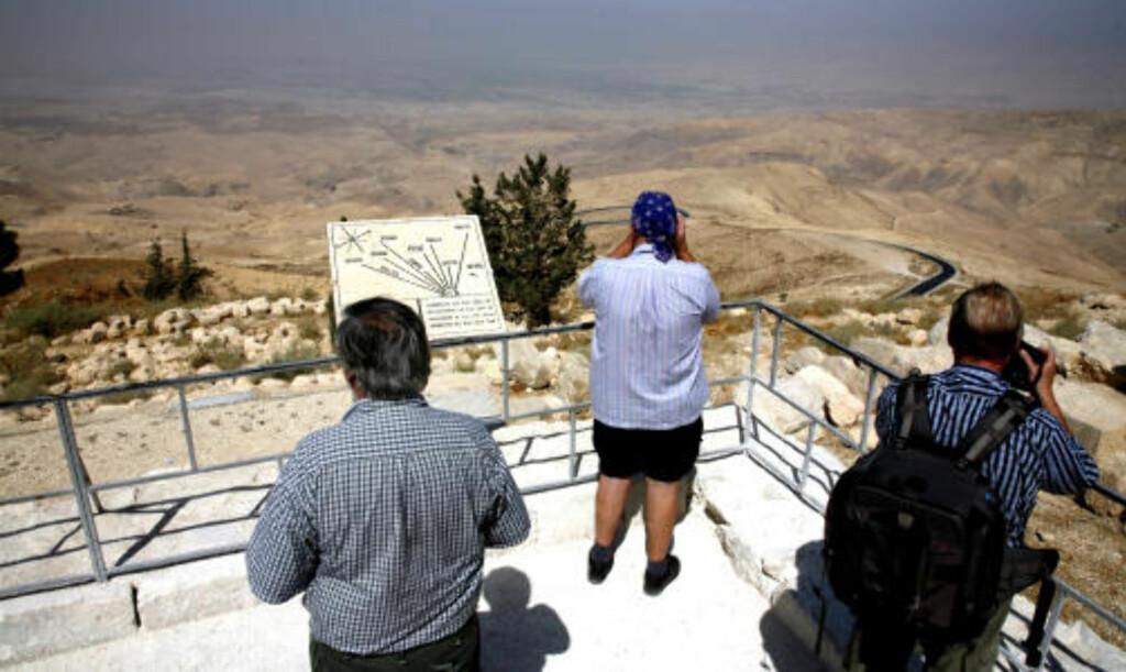 MOSES VAR HER: På fjellet Nebo fikk Moses se det forgjettede land, men han døde før han kom seg inn i landskapet i bakgrunnen, som i våre dager er Israel.