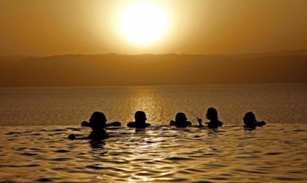 BADELIV: Solnedgang ved Dødehavet - de fleste foretrekker å duppe seg i bassenget fremfor den særdeles salte vannet i Dødehavet.