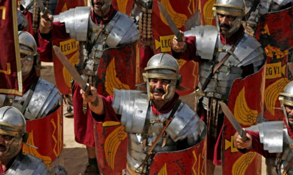 OPPVISNING: Slik så det ut når romerske soldater gikk til angrep i oldtiden. I våre dager trekker oppvisningene mye folk.