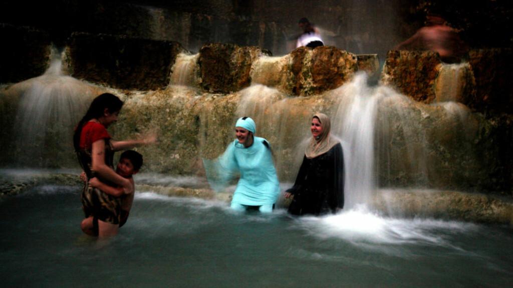 LOKALT BADELIV: Når ikke turistene okkuperer badekulpen under den varme kilden ved Dødehavet, benytter lokalbefolkningen anledningen til badeliv på muslimsk vis. Alle foto: Eivind Pedersen