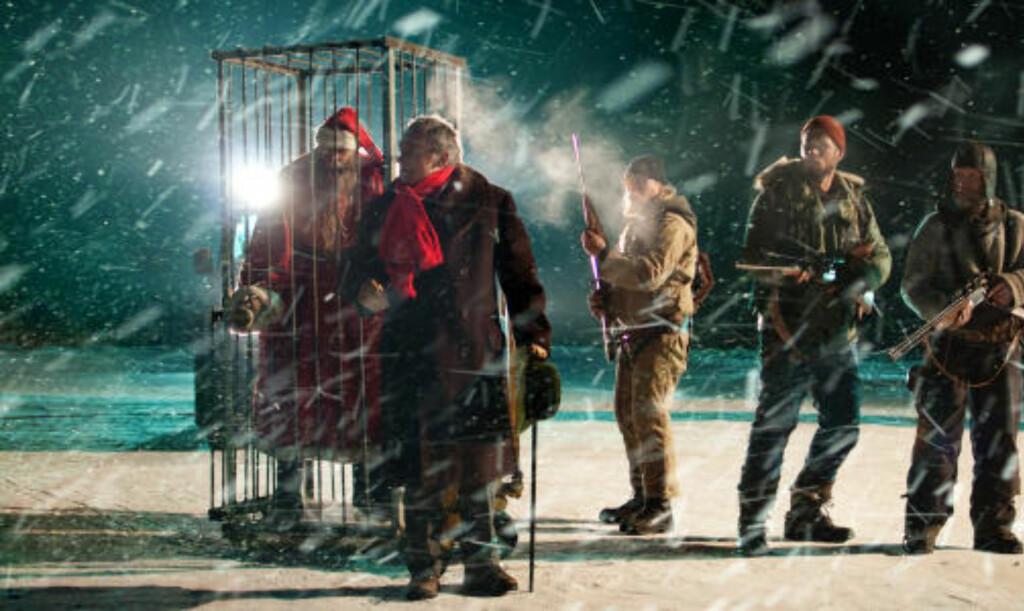 LIVSFARLIG JAKT: Her ser vi Per Christian Ellefsen i rollen som den amerikanske vitenskapsmannen Riley, som leter etter den onde julenissen i filmen «Rare Exports». Filmen, som er delvis norsk, har verdenspremiere 3. desember. Foto: Cinet/Pomor Film.