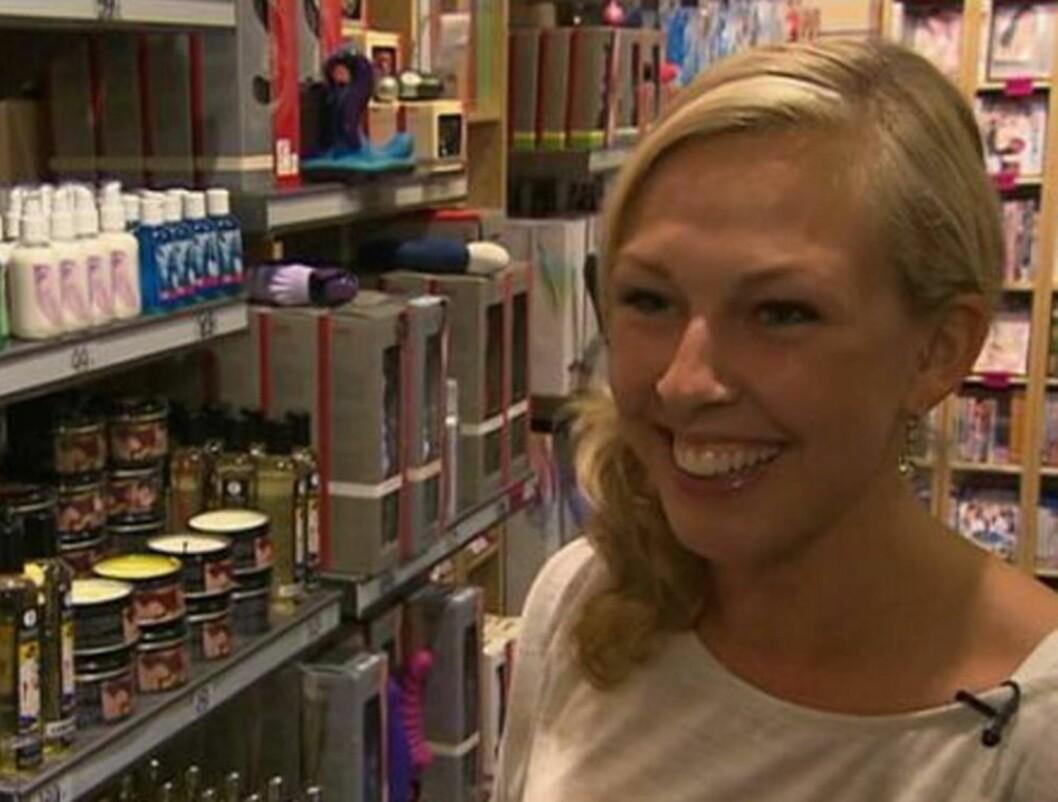 GAVE FRA KONDOMERIET: «Jakten»-frier Line Ramsvik tok med seg en gave fra Kondomeriet, hvor hun jobber, til tv-bonde Christian Fredrik Sandberg.  Foto: TV 2