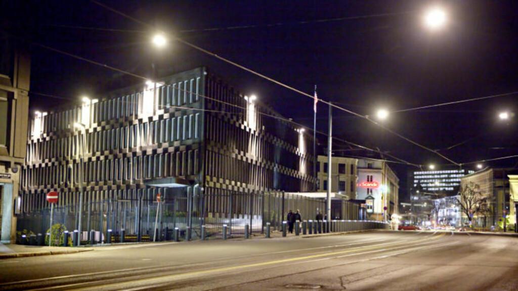 FESTNING: USAs ambassade, som bare ligger et steinkast fra Handelsbygningen, er strengt bevoktet. TV 2 avslørte at ambassaden var strømkunden for den angivelige overvåkingssentralen i nabobygningen. Foto: Lars Eivind Bones/Dagbladet'