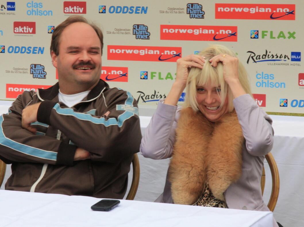 DRO AV SEG LUGGEN: Her drar Linn Skåber av seg «klipp on»-luggen, mens en lattermild Atle Antonsen ser på. Skuespillerne var begge tilstede under pressekonferansen i forbindelse med innspillingen av «Kong Curling» i Lillehammer tirsdag.  Foto: Anders Myhren/Seher.no