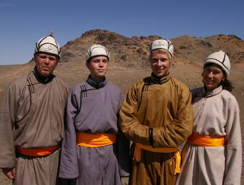 I NOMADEDRAKT: I episode åtte av «Den store reisen» får familien Walbeck  hver sin lokale klesdrakt i gave av nomadene.  Foto: STRIX/NRK
