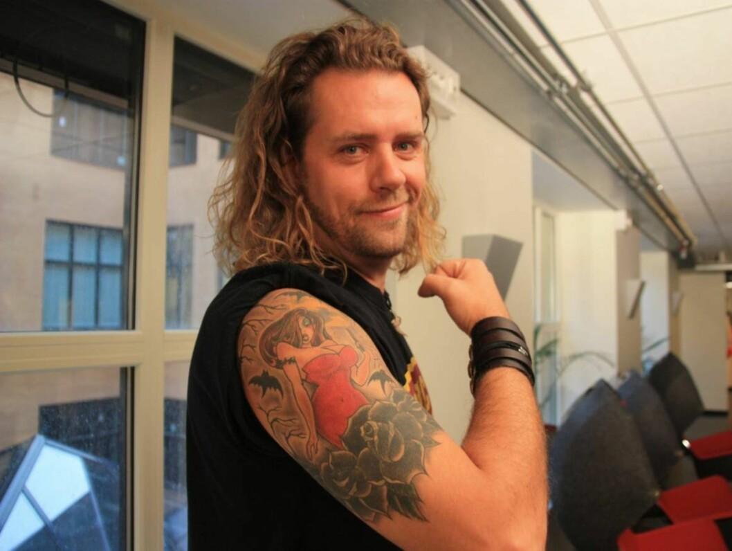 STOLT: En tydelig fornøyd Morten Skovdahl viser Seher.no den nye tatoveringen han endte opp med i «Ta en tattoo» på NRK.  Foto: Anders Myhren/Seher.no