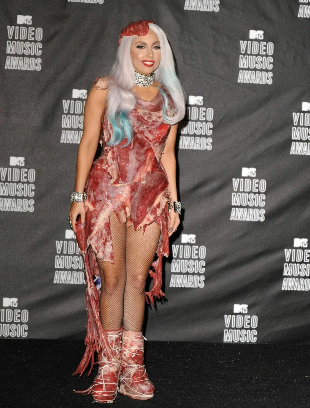 VERST: Popstjernen fikk ikke spesielt god mottagelse for dette kjøtt-inspirerte antrekket.  Foto: All Over Press