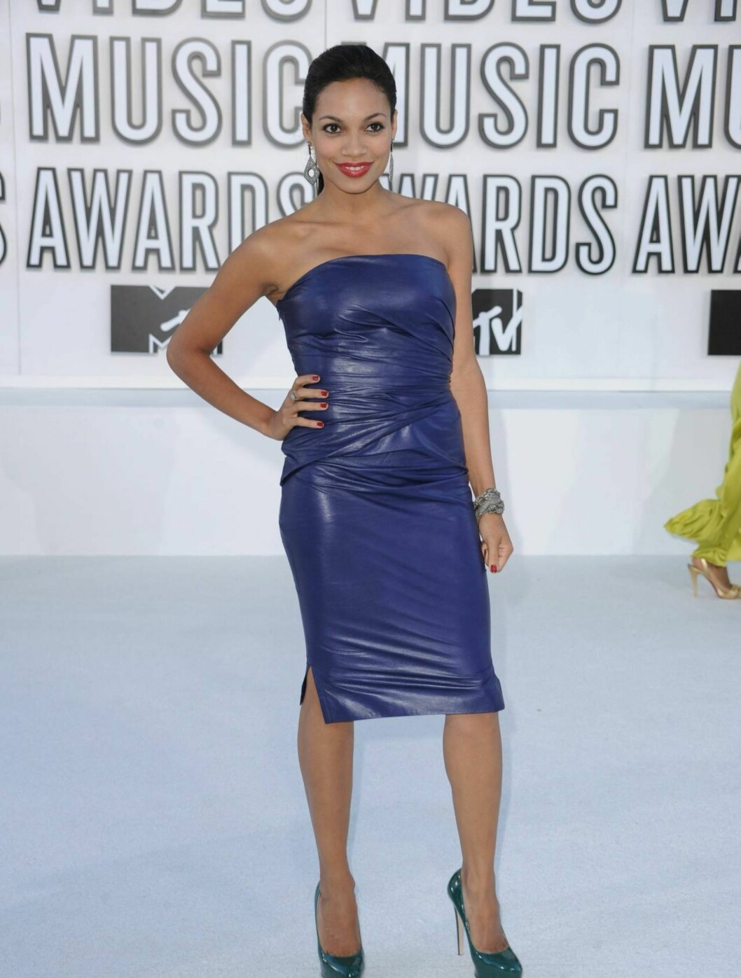 BEST: Skuespillerinnen Rosario Dawson vekket oppsikt i en sexy, skinninspirert kjole med rosa lepper.  Foto: All Over Press
