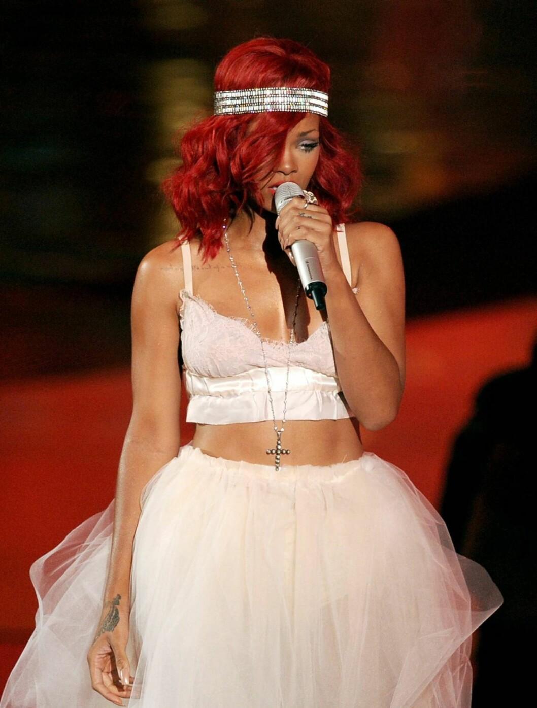 BEST: Popstjernen Rihanna opptrådde med Eminem, og så slående vakker ut i tyll, med bar mage.  Foto: All Over Press