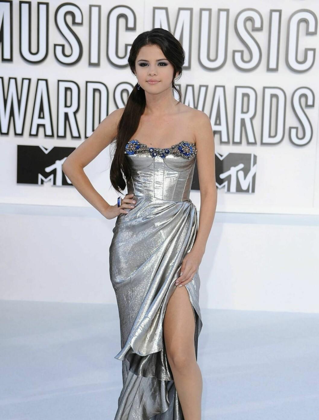 BEST: Disney-stjernen Selena Gomez så utrolig voksen og vakker ut i en sølvfarget Reem Acra-kreasjon med vakre blomsterdetaljer og store Baccarat-juveler Foto: All Over Press