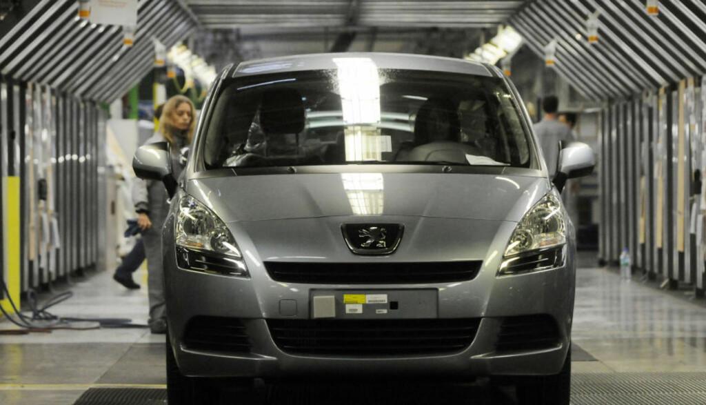 KJEMPER OM FØRSTEPLASS: Her gjøres en Peugeot 5008 klar på fabrikken i Sochaux-Montbeliard i Sør-Frankrike. Den er én av de 30 nominerte bilene i Årets bil i Norge 2011-kåringen. Foto: AFP PHOTO/SCANPIX