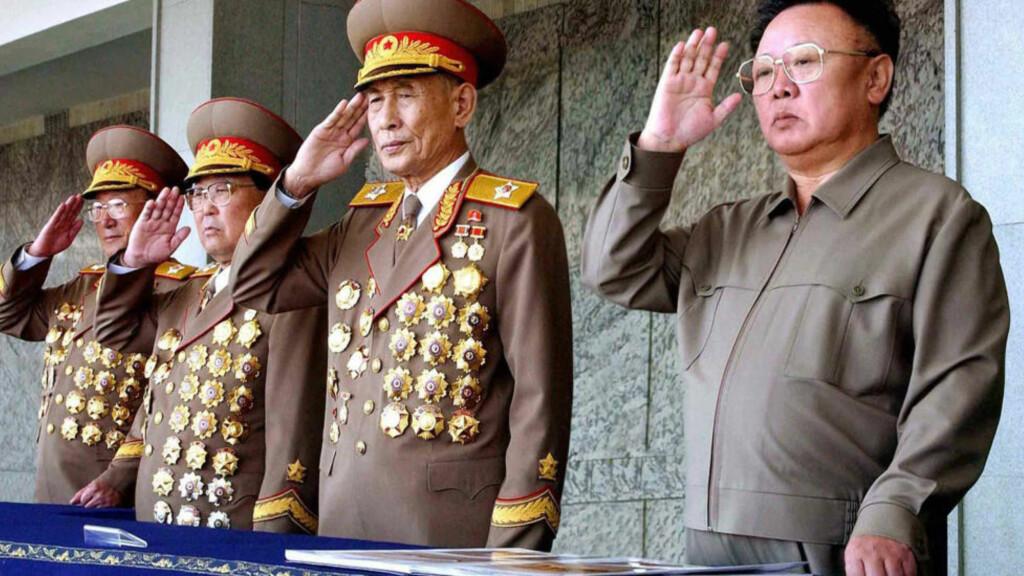DØD: Jo Myong-Rok (nummer to fra høyre), døde av en kronisk hjertesykdom i dag, ifølge det statlige nyhetsbyrået KCNA. Foto: Scanpix