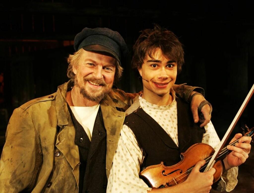 SPILTE SAMMEN: Alexander Rybak og Dennis Storhøi ble gode venner da de spilte sammen i forestillingen «Spelemann på taket» på Oslo Nye i 2007.  Foto: SCANPIX