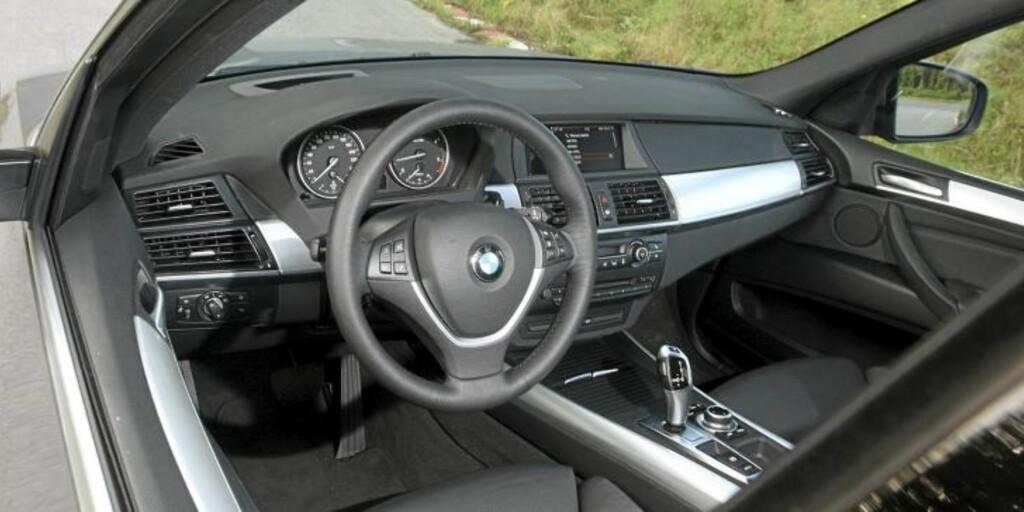 NØKTERNT: Dashbordet i BMW X5 xDrive30d er nøkternt for en bil som koster oppunder 900 000,-. FOTO: Egil Nordlien HM Foto