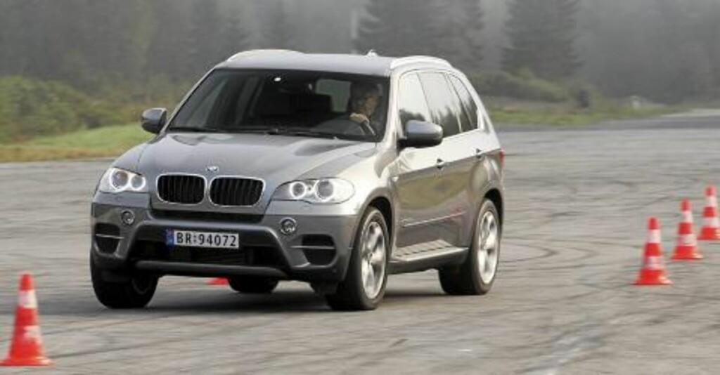 KJENNES SPORTSLIG: I våre kjøretester gir BMW X5 xDrive30d et sportslig inntrykk FOTO: Egil Nordlien HM Foto