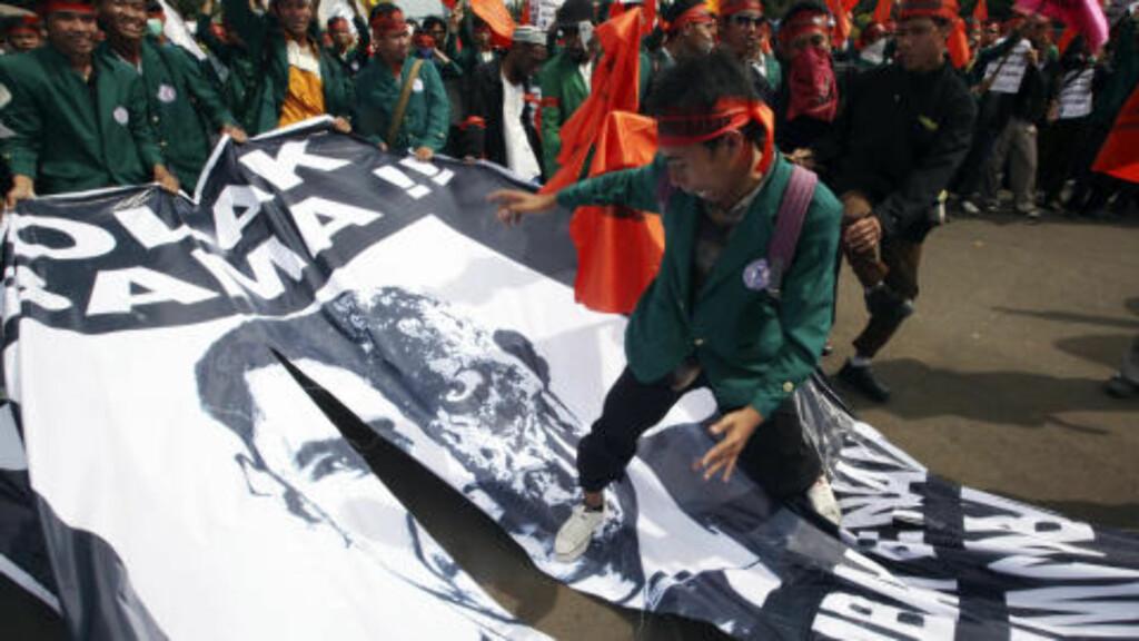 VIDERE TIL OPPTØYER I INDONESIA : Neste stopp på veien er Indonesia, der protester venter på ham. En gruppe indonesiske muslimer har den siste tiden protestert mot presidentbesøket, da de mener Obama har «like mye muslimblod» på hendene som forhenværende president Bush. Foto: Dadang Tri/REUTERS.