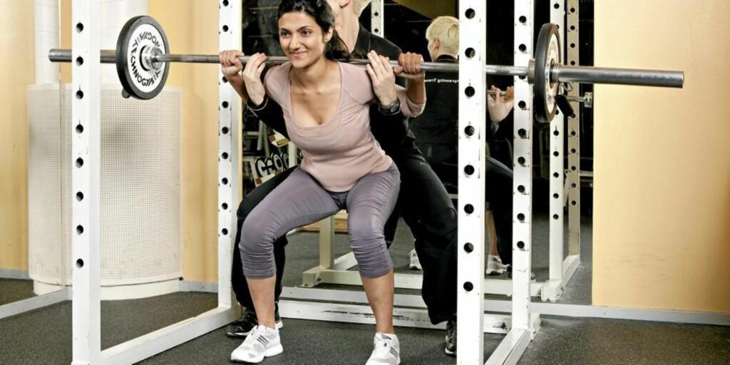 KNEBØY: En av øvelsene proffene anbefaler oss å begynne med, og som gir raske resultater når vi vil bygge muskler. Her er det artisten Samsaya som viser hvordan det gjøres. FOTO: Vegard Kleven